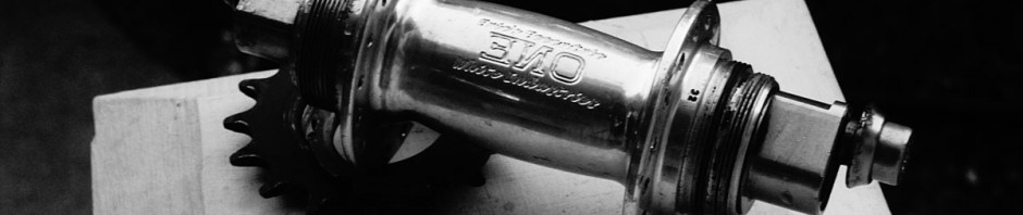 b/w picture of a shiny ENO hub, with a lockring and cog